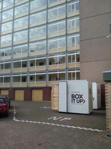 Verhuisbox voor de deur